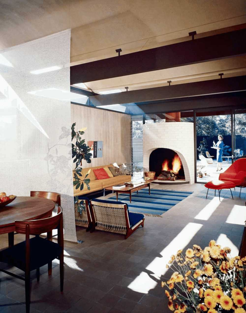 this-is-inside-The-Bass-House-in-Los-Angeles-a-mid-century-modern-home-designed-by-the-architectural-group-Buff-Straub-_-Hensman-and-completed-in-1958
