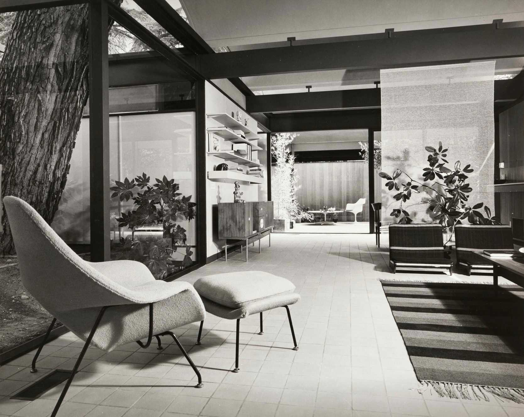 this-is-inside-the-Bass-House-in-Los-Angeles-showing-the-inside-living-room-and-use-of-mid-century-modern-furniture